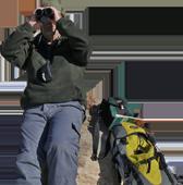 Vincenzo guarda con il binocolo